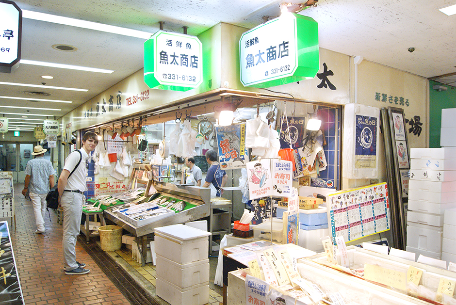 If You don't feel like going out to a resteurant, there's a mini fish market where You can buy fresh fish and seafood to cook yourself at home.
